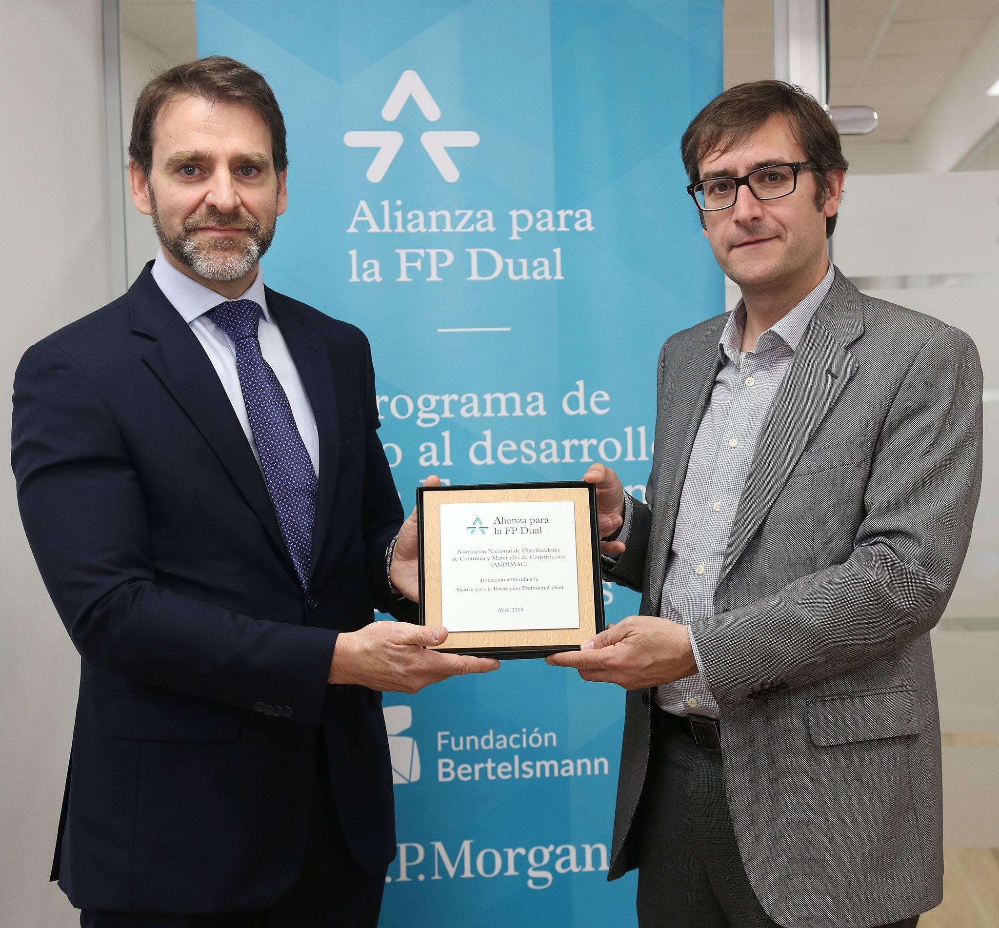 Sebastián Molinero, Secretario General de Andimac, junto a Juan Carlos Tejeda, Director de Formación de la CEOE, han cerrado hoy el acuerdo de adhesión de la Asociación Nacional de Distribuidores de Cerámica de Construcción (Andimac) a la Alianza para la FP Dual.
